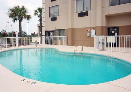 Comfort Suites of Southport - Swimming Pool